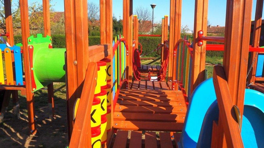 Plac zabaw przy przedszkolu w Lubrzy