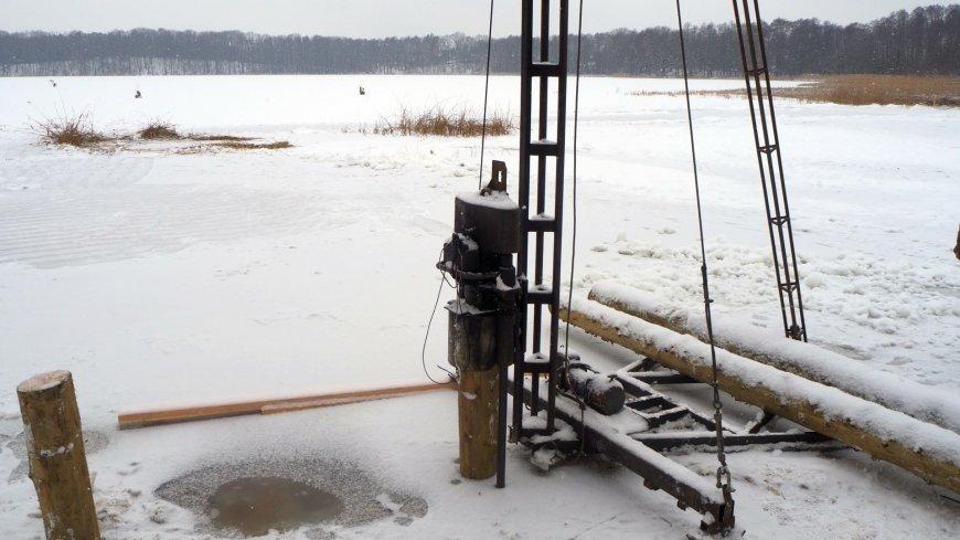 Budowa pomostu na jeziorze Goszcza